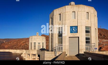 Eine Uhr zeigt Arizona Zeit auf der Arizona-Seite des Hoover-Staudamms - Stockfoto
