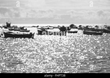 Unscharfen Hintergrund Boote gegen Sonnenlicht und funkelt auf Wasseroberfläche, schwarz / weiß Bild - Stockfoto