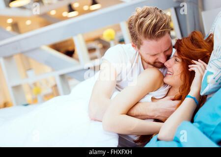 Romantisch zu zweit in der Liebe am Bett liegen und ihre Leidenschaft - Stockfoto