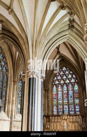 Wells Cathedral Lady Chapel Glasmalerei und stellaren Gewölbedecke. Somerset, England - Stockfoto