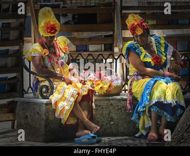 Frauen in bunten Trachten kubanischen ruht auf der Straße in Havanna, Kuba - Stockfoto
