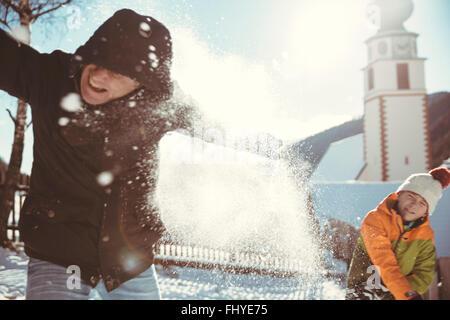 Italien, Val Venosta, Slingia, Vater und Sohn haben eine Schneeballschlacht - Stockfoto
