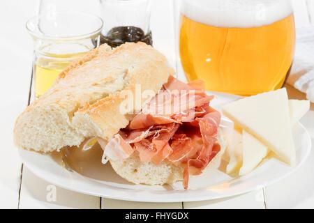 Schinken-Sandwich mit Olivenöl Käse und Bier vom Fass - Stockfoto