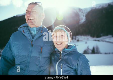Italien, Val Venosta, Slingia, gerne älteres Paar in Winterlandschaft - Stockfoto