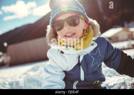 Italien, Val Venosta, Slingia, junge mit Sonnenbrille im Schnee - Stockfoto