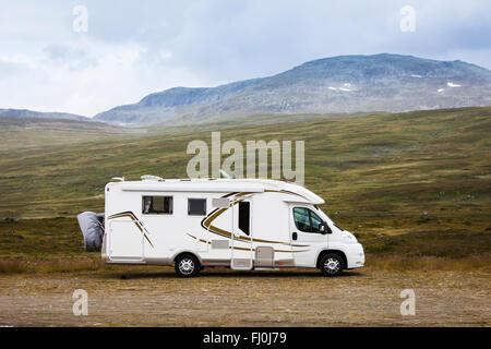 Bild eines Reisemobils, RV, in der Wildnis von Schwedisch-Lappland. - Stockfoto