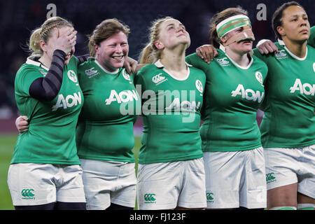 London, UK. 27. Februar 2016. Irland Kapitän, Niamh Briggs deckt ihre Augen nach der Hymne, bevor die Frauen Six - Stockfoto