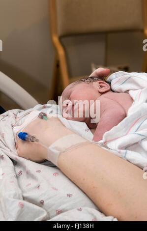Fridley, Minnesota. Einheit-Krankenhaus. 31 Jahre alt, alleinerziehende Mutter im Krankenhaus Bindung mit ihrem - Stockfoto