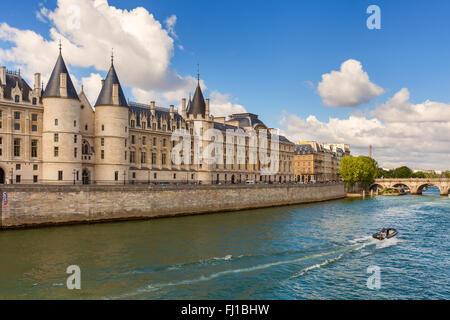 Ansicht der Conciergerie - ehemaliges Gefängnis und ein Teil der ehemaligen königlichen Palast am Ufer der Seine - Stockfoto
