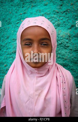 Cute muslimische Mädchen mit traditionellen Rosa hijab in Harar, Äthiopien - Stockfoto
