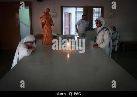 Nonnen beten im Mutter Haus in Kalkutta, am Grab von Mutter Teresa - Die Missionarinnen von der Nächstenliebe - Stockfoto