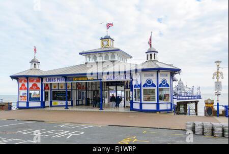 Eastbourne Pier auch bekannt als Löwen Pier, post Feuer und Sanierung, im Winter in Eastbourne, East Sussex, England, - Stockfoto