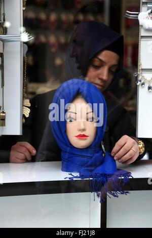 Traditionelle hijab muslimischen Schleier auf Anzeige in einer Boutique in Istanbul, Türkei - Stockfoto