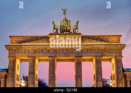 Das Brandenburger Tor in Berlin nach Sonnenuntergang - Stockfoto