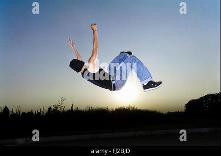 LOS ANGELES, CA-Januar 23: Kaukasischen Männchen Durchführung Luft Stunts in Los Angeles, Kalifornien 15. Januar - Stockfoto