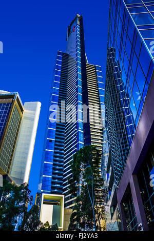 Eureka Tower und anderen herrlichen Glas-Wolkenkratzer ragen über lebendige blau, der Bezirk Southbank Melbourne Australien