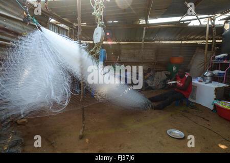 Angolanische Fischer arbeitet an seinem Netz, Angola, Afrika - Stockfoto