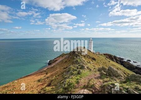 Blauer Himmel über den Leuchtturm am Stat Punkt auf der südlichen Küste von Devon - Stockfoto