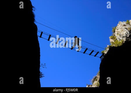Klettersteig Chateau Queyras : Bergsteiger die schlucht auf einer hängebrücke überqueren