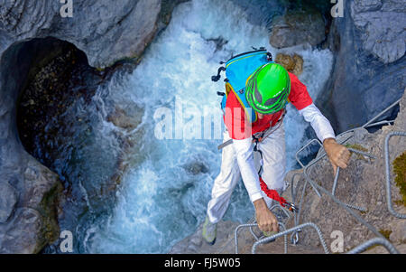 Klettersteig Chateau Queyras : Kletterer am klettersteig von chateau queyras frankreich hautes