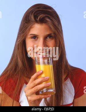 Junge Frau trinken Obst Saft, London, England, Vereinigtes Königreich - Stockfoto
