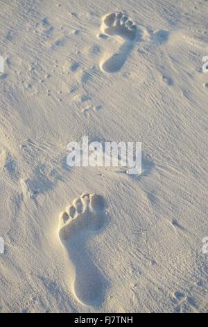 Barfuß Fußspuren im Sand am Strand - Stockfoto
