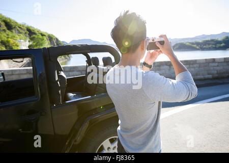 Junge chinesische Mann Fotografieren in der Natur - Stockfoto
