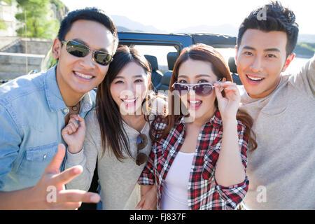 Happy chinesischen Freunde und jeep - Stockfoto