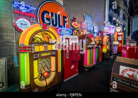 Retro Kühlschrank Cola : Verschiedenen retro jukeboxen und retro kühlschrank coca cola