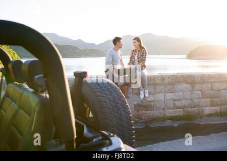 Junge chinesische paar und jeep - Stockfoto