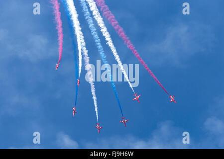 Royal Air Force (RAF) Bildung Kunstflug display Team der Red Arrows fliegen die British Aerospace Hawk t. 1 Schulflugzeug. - Stockfoto
