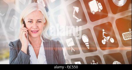 Zusammengesetztes Bild Porträt der Geschäftsfrau telefonieren mit Handy - Stockfoto