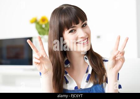 Junge Frau Frieden Geste mit Händen - Stockfoto