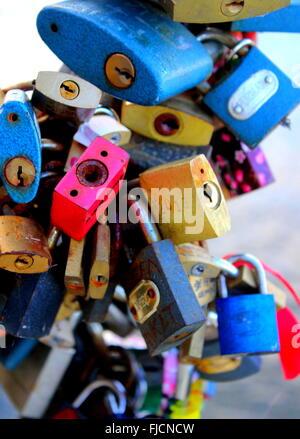Bunte Liebe sperrt Vorhängeschlösser gebunden zur Karlsbrücke, Prag, Tschechische Republik - Stockfoto
