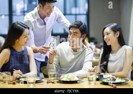 Chinesischen Freunden beim Abendessen zusammen - Stockfoto