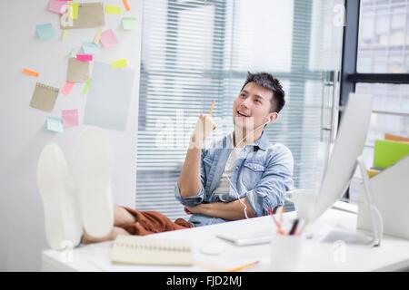 Junge chinesische Mann denken im Büro - Stockfoto