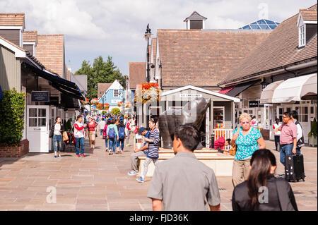 Menschen, die Einkaufen in Maasmechelen Village in Bicester, Oxfordshire, England, Großbritannien, Uk - Stockfoto