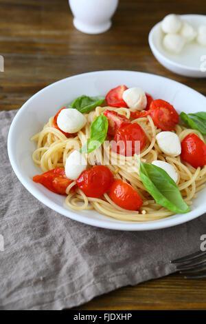 Pasta mit gebratenen Tomaten und Käse, Essen - Stockfoto