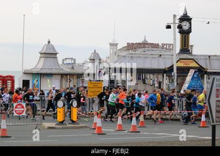 Brighton Halbmarathon Läufer passieren den Pier zu Beginn des Rennens 2016. - Stockfoto