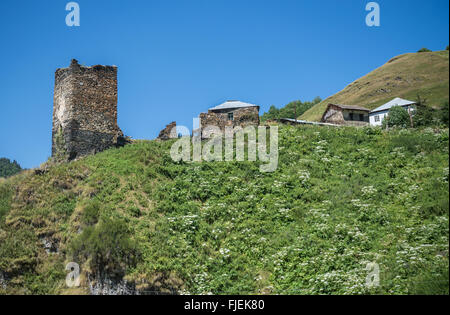 Davberi ein Dorf nahe der Straße von Mestia Dörfer Gemeinschaft namens Ushguli im oberen Svanetia Region, Georgien - Stockfoto