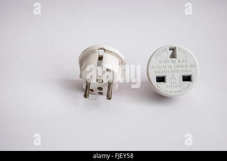 Netzstecker Adapter mit 13 Amp 3-Pin-Sockel in 2 Runden Pins für den Einsatz in Europa umgewandelt. - Stockfoto