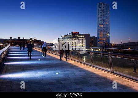 Lagan Weir Fußgänger- und Zyklus überbrücken Belfast Nordirland in der Abenddämmerung - Stockfoto