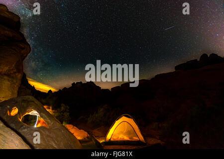Zelt auf einem Campingplatz mit Sternenhimmel über Nacht-Szene, Wildrose Campingplatz, Death Valley Nationalpark, - Stockfoto