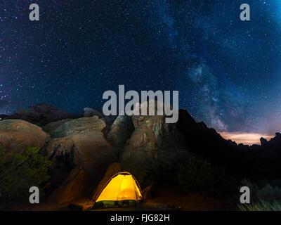 Zelt auf einem Campingplatz mit Sternenhimmel oben und Milky Way, Nachtszene, Wildrose Campingplatz, Death Valley - Stockfoto