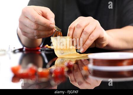 Frau Hände während der Arbeit an Schmuck Juwelier. Juwelier schafft Schmuck. Workshop Schmuck, erstellen eine Halskette - Stockfoto