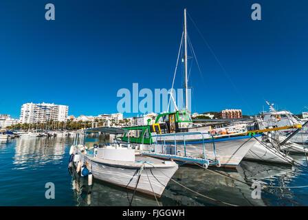 Bunte Boote im Hafen von Ibiza Marina.    Warmen sonnigen Morgen in die Bucht - St. Antoni de Portmany Balearische - Stockfoto