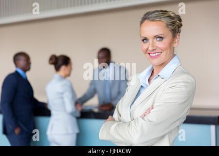 schöne Geschäftsfrau stehend an der Hotelrezeption - Stockfoto