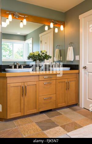 ... Badezimmer Eitelkeit Mit Holz Schränke, Waschbecken, Schiefer Geflieste  Böden Und Akzentbeleuchtung In Zeitgenössische