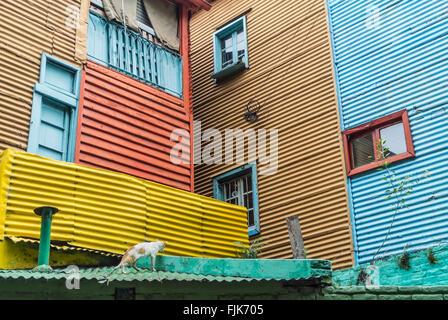 Schuss der Fassade eines Gebäudes im Caminito, der bekannte und beliebte Fußgängerzone Streifen im Stadtteil La - Stockfoto