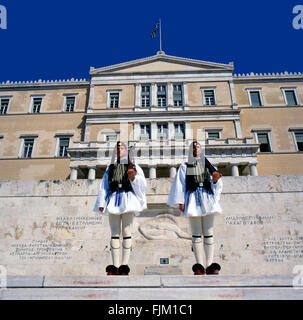 Evzonen, den Präsidenten zeremonielle wachen, bewachen das Grab des unbekannten Soldaten am Hellenischen Parlamentsgebäude - Stockfoto